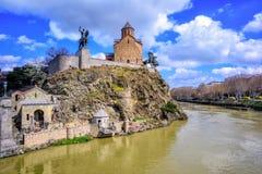 Chiesa di Metekhi ed il fiume Kura, Tbilisi, Georgia Immagine Stock