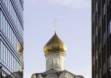 Chiesa di ortodossia fra i grattacieli a Mosca Fotografie Stock Libere da Diritti