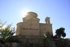 Chiesa di Ortodox con lo sprazzo di sole, Montenegro Fotografia Stock