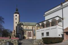 Chiesa di parrocchia del presupposto e del municipio Fotografie Stock