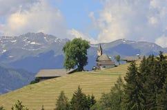 Chiesa di parrocchia dell'austriaco Kosten, valle di Pustertal Fotografia Stock Libera da Diritti