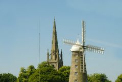 Chiesa di parrocchia e del mulino a vento immagine stock