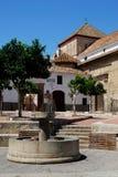 Chiesa di parrocchia e fontana, Alora Fotografie Stock