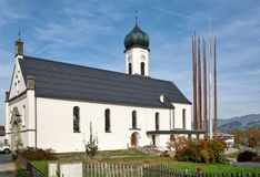 Chiesa di parrocchia di Peter e di Paul Città di Andelsbuch, distretto di Bregenz, stato di Vorarlberg, Austria immagini stock libere da diritti