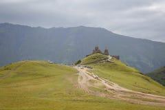 Chiesa di pietra gialla sopra la montagna in Stepantsminda, in Georgia immagine stock