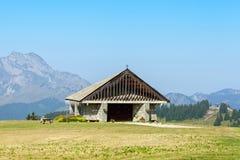 Chiesa di pietra in montagne Immagini Stock