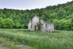 Chiesa di pietra nel campo verde Immagini Stock Libere da Diritti