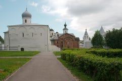 Chiesa di presupposto e la chiesa di Paraskeva Friday al cortile commerciale Fotografia Stock