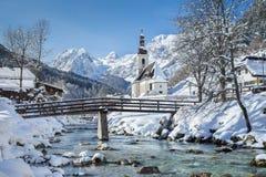 Chiesa di Ramsau nell'inverno, terra di Nationalpark Berchtesgadener, B Fotografia Stock