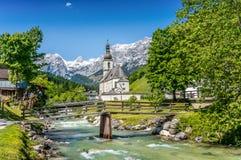 Chiesa di Ramsau, terra di Nationalpark Berchtesgadener, Baviera, Germania Fotografie Stock Libere da Diritti