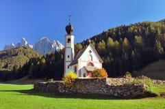 Chiesa di Ranui nelle alpi della dolomia Fotografia Stock Libera da Diritti