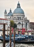Chiesa di Rdentor a Venezia con le gondole immagini stock