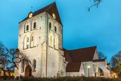 Chiesa di Ronneby nella sera contro il cielo blu immagini stock libere da diritti