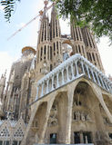 Chiesa di Sagrada Familia in costruzione con le gru della costruzione Immagine Stock