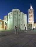 Chiesa di San Donato e campanile della cattedrale alla notte Dalmazia zadar Croazia Europa Immagini Stock Libere da Diritti