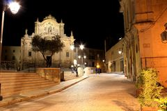 "Chiesa di San Francesco d ""Assisi, Matera, Basilicata, Italia - vista di notte immagine stock"