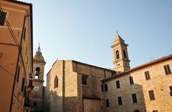 Chiesa di San Francesco nel villaggio medievale di Staffolo, Italia fotografie stock libere da diritti