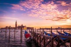 Chiesa di San Giorgio Maggiore e gondoles em Veneza, Itália imagem de stock royalty free