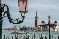 Chiesa di San Giorgio Maggiore e pali della luce decorati Fotografia Stock
