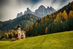Chiesa di San Giovanni in Ranui Val di Funes, Italia Fotografia Stock