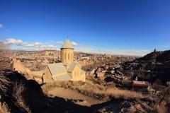 Chiesa di San Nicola e la vista di Tbilisi dalla fortezza di Narikala Immagine Stock
