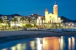 Chiesa di Sant Bertomeu e di Santa Tecla in Sitges di notte Costa Brava, Spagna Fotografia Stock