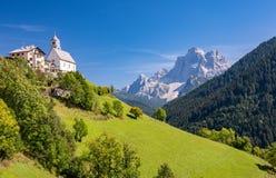 Chiesa-Di Santa Lucia Dolomites, Italien der kleinen Kirche stockbild