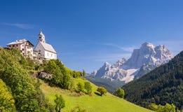 Chiesa-Di Santa Lucia Dolomites, Italien der kleinen Kirche lizenzfreies stockfoto