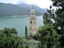 Chiesa di Santa Maria del Sasso e lago di Lugano, Svizzera Immagini Stock