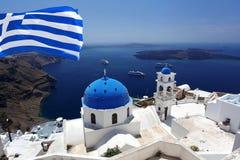 Chiesa di Santorini in Fira con la bandierina della Grecia fotografia stock libera da diritti