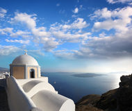 Chiesa di Santorini in Fira contro il vulcano, Grecia Fotografie Stock Libere da Diritti