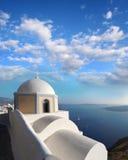 Chiesa di Santorini in Fira contro il vulcano, Grecia Fotografia Stock