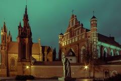 Chiesa di St Anne a Vilnius alla notte Fotografia Stock