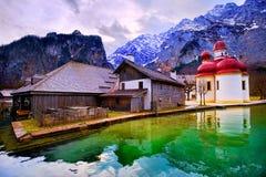 Chiesa di St Bartholomew sul lago Konigsee della montagna in alpi tedesche b Immagini Stock
