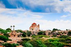 Chiesa di St George sulla costa di mar Mediterraneo vicino di Pafo Immagini Stock