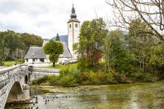Chiesa di St John il battista, lago Bohinj, Slovenia immagine stock libera da diritti