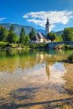 Chiesa di St John il battista nel lago Bohinj Immagini Stock