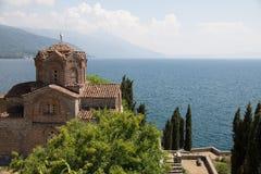 Chiesa di St John il teologo ed il bello lago Ocrida Fotografia Stock Libera da Diritti