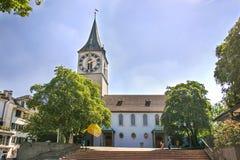 Chiesa di St Peter a Zurigo di estate in Svizzera Fotografia Stock