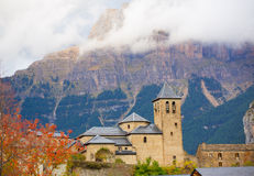 Chiesa di Torla in valle di Pirenei Ordesa all'Aragona Huesca Spagna Immagini Stock Libere da Diritti