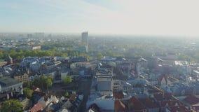 Chiesa di tramonto della città di Riga e case viventi delle costruzioni nel vecchio giù volo del fuco della città stock footage