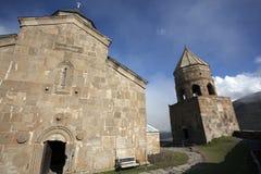 Chiesa di trinità antica di Gergeti alta nelle montagne di Caucaso, Georgia Fotografia Stock