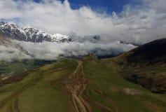 Chiesa di trinità antica di Gergeti alta nelle montagne di Caucaso, vista aerea georgia Fotografia Stock Libera da Diritti