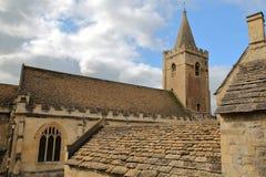 Chiesa di trinità santa con i tetti di pietra tradizionali nella priorità alta, Bradford su Avon, Regno Unito Fotografia Stock