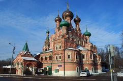 Chiesa di trinità santa intorno a Ostankino nel pomeriggio soleggiato di inverno christianity mosca fotografie stock libere da diritti