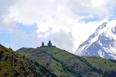 Chiesa di trinità santa in montagne di Caucaso Fotografie Stock