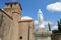 Chiesa di Vieux Pouzauges con una statua di vergine Maria nella priorità alta, Pouzauges, Vendee, Francia Fotografie Stock Libere da Diritti