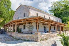 Chiesa di Zoodochos Pigi nel villaggio di Vizitsa, Pelio, Grecia Fotografia Stock