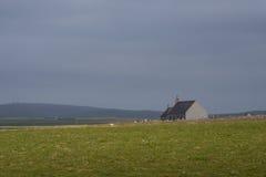Chiesa a distanza di Orkney nel paesaggio sterile Fotografie Stock Libere da Diritti