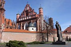 Chiesa e Adam Mickiewicz Monument di Annes del san a Vilnius Fotografia Stock Libera da Diritti